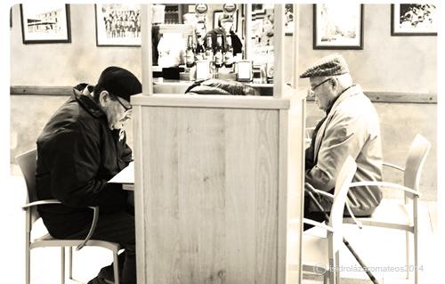 dos abuelos leyendo
